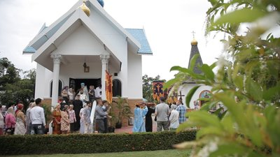 The procession around the church of the Holy Dormition (Ratchaburi, Thailand)
