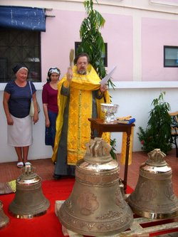The representative of the Russian Orthodox Church (Moscow Patriarchate) in Thailand Archimandrite Oleg (Cherepanin) blesses the bells
